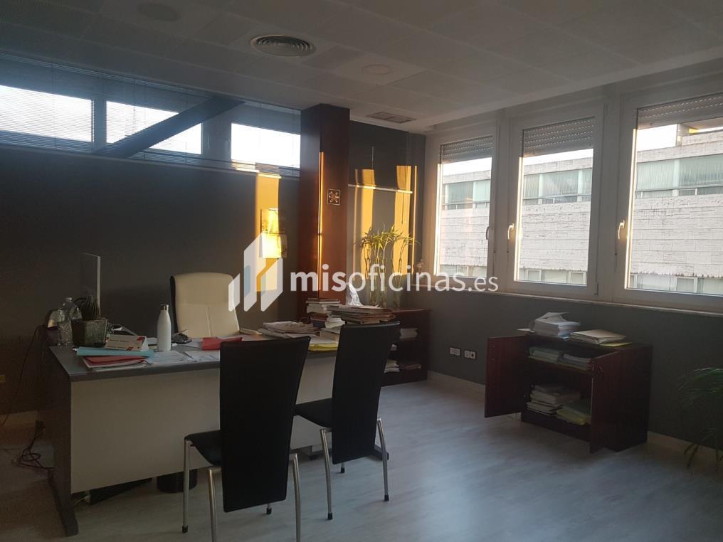 Oficina en alquiler en Calle Cardenal Bueno Monreal de 150 metros en Sevilla foto 1