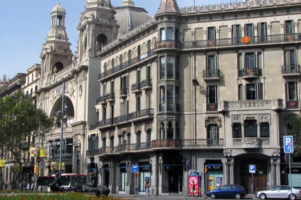 Calle de Barcelona con locales comerciales